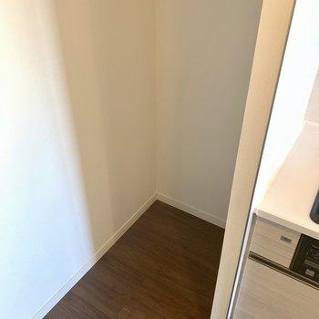 冷蔵庫は奥に。※写真は3階同間取り別部屋のものです