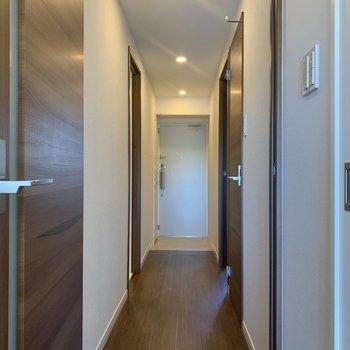 ぴかぴかした廊下。※写真は3階同間取り別部屋のものです