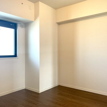 ウォークインクローゼットを抜けると、もう一部屋。こちらにも窓があります。※写真は3階同間取り別部屋のものです