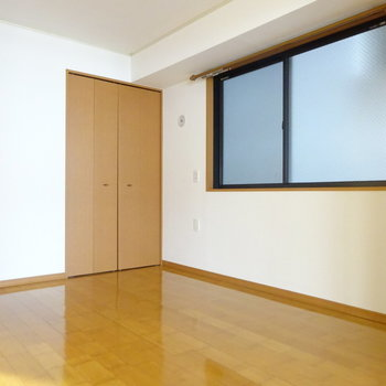 洋室は大きめのベッドでもゆったりな広さ。(※写真は前回掲載時のものです。)