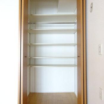 クローゼットには可動式の棚。調整できてとっても便利◎ (※写真は前回掲載時のものです。)
