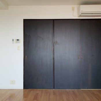 扉がお部屋を引き締めます。※写真は通電前のものです