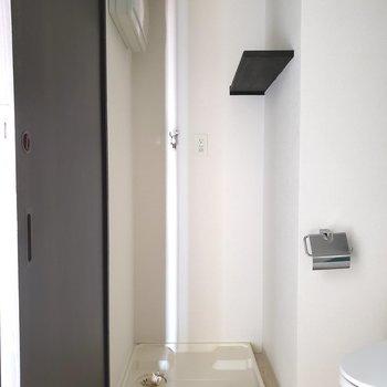 洗濯機は洗面台横のスペースに。※写真は通電前のものです