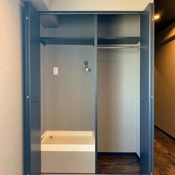 収納棚の中に洗濯機置き場があります
