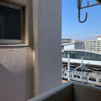 眺望は隣のマンション。右手には西横浜駅が見えます