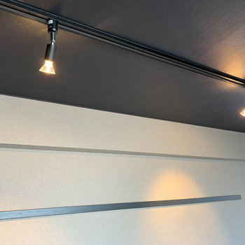 ライティングレール。家具の雰囲気に合わせて照明を付け替えても◎