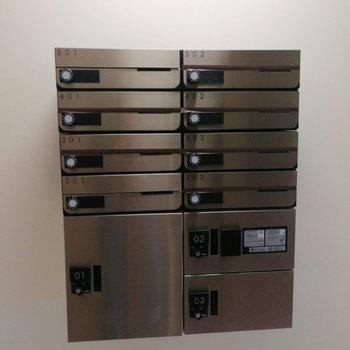 1階共同エントランスに宅配ボックスがあります。