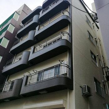 細長い外観をした建物です。
