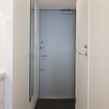 玄関はフラットタイプです。