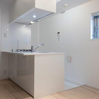 2人用の小さめなテーブルが置けそう。※写真は4階の同間取り別部屋のものです