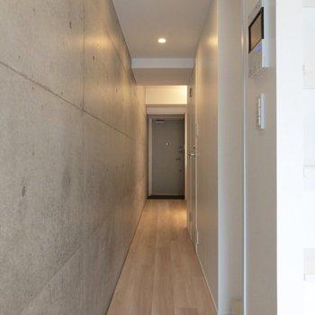 廊下は長めです。※写真は4階の同間取り別部屋のものです