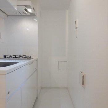 奥には冷蔵庫置場。※写真は4階の同間取り別部屋のものです