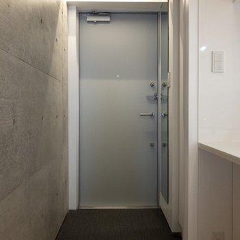 玄関はフラットタイプ。※写真は4階の同間取り別部屋のものです