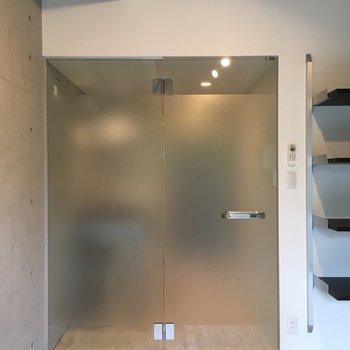 扉はすりガラス。※写真は1階の同間取り別部屋のものです