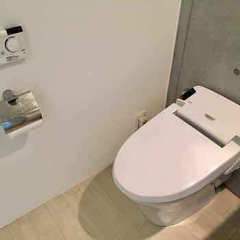 タンクレスのトイレはウォシュレット付き。※写真は1階の同間取り別部屋のものです