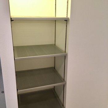 シルバーのオープンシューズラックはスタイリッシュに。※写真は1階の同間取り別部屋のものです