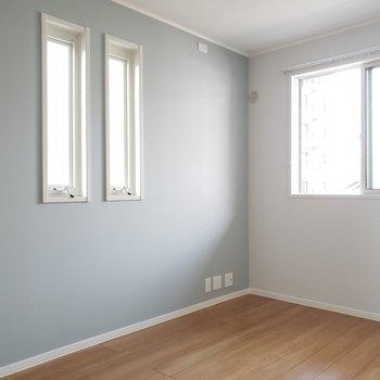 もう1つの洋室は寝室として使いたい。ほんのりブルーのアクセントカラーが安心感を与えてくれます。