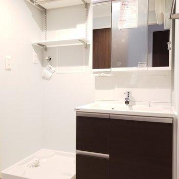 透明感のある水回り♪鏡の裏にも歯ブラシなど収納できます!