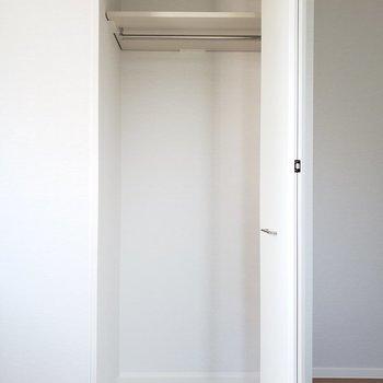 このお部屋にもコンパクトなクローゼットが備え付けられていました!