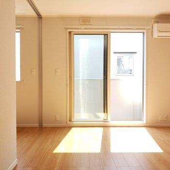 眩しい光が差し込みます。温かみも感じる、そんなお部屋です。
