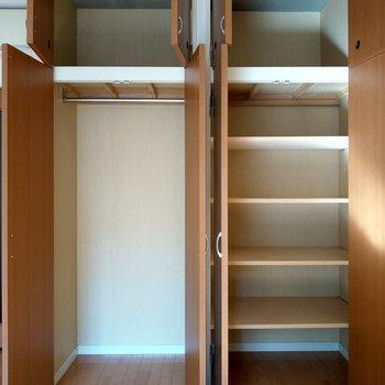 収納は壁一面にたっぷり◎※写真は2階の同間取り別部屋のものです