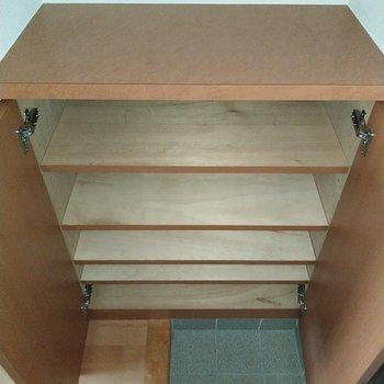 シューズラックは上にも何か置けそう◎※写真は2階の同間取り別部屋のものです