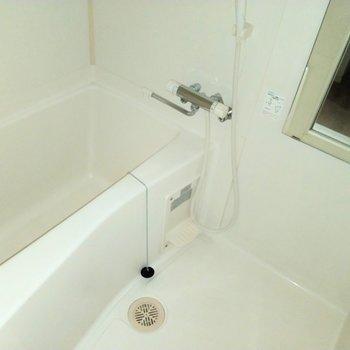 ゆったりサイズの浴室※写真は2階の同間取り別部屋のものです