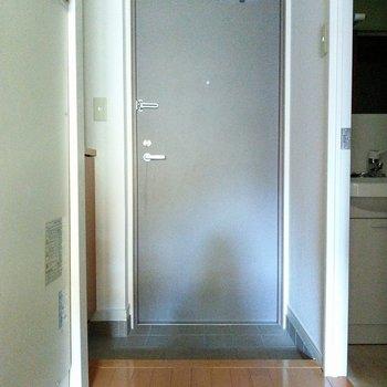 グレーのスタイリッシュな玄関※写真は2階の同間取り別部屋のものです