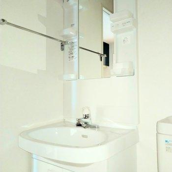 すっきりとした独立洗面台※写真は2階の同間取り別部屋のものです