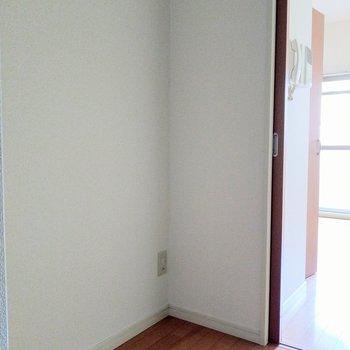 キッチン正面に冷蔵庫を置けそうなスペース◎※写真は2階の同間取り別部屋のものです
