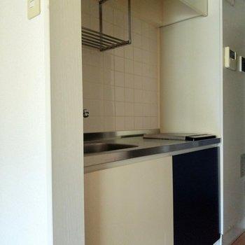 青と白のスタイリッシュなキッチン※写真は2階の同間取り別部屋のものです