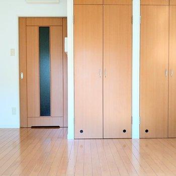 扉と大きなクローゼットが並んでいます!※写真は2階の同間取り別部屋のものです
