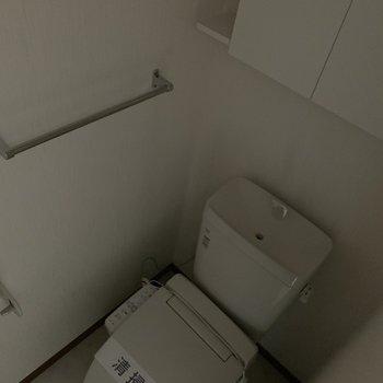 トイレの上の棚も嬉しい※写真は通電前のものです。フラッシュを使用して撮影しています
