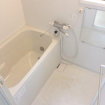お風呂はわりとゆったり。窓があります!換気◎でうれしい