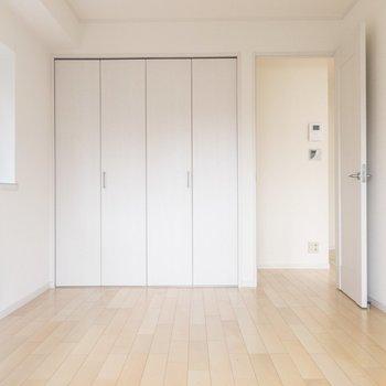 【洋室】ゆとりのある広さ。好きなものだけを置いて、お気に入りの部屋にしよう