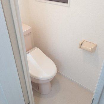 個室トイレにも窓が付いてます◎