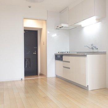 【LDK】キッチンは玄関すぐのところにあります。