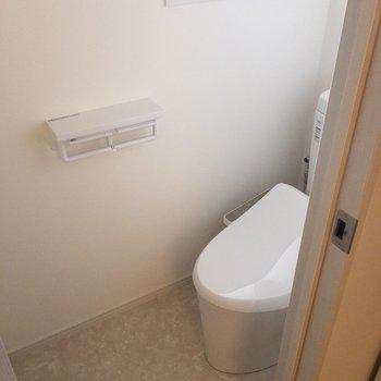 個室トイレにも窓があります◎