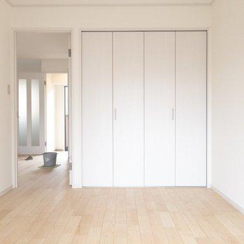 【洋室②】シンプルで気持ちのいい雰囲気。 ※写真はクリーニング中のものです