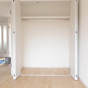【洋室②】クローゼットにはボックスなどを追加で置いて賢く使いたい。 ※写真はクリーニング中のものです