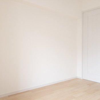 【洋室①】お部屋の雰囲気に合わせて、シンプルな家具で統一させるのもよさそう!