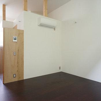 玄関から半地下に下っていくお部屋です ※写真は前回募集時のものです