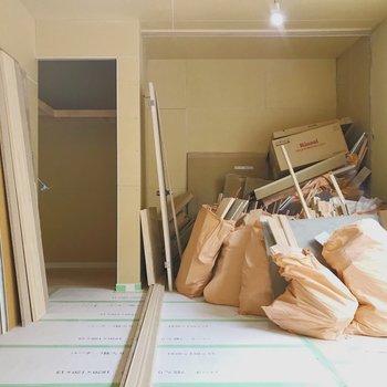 【工事中】こちら寝室。左側はWICですよ!
