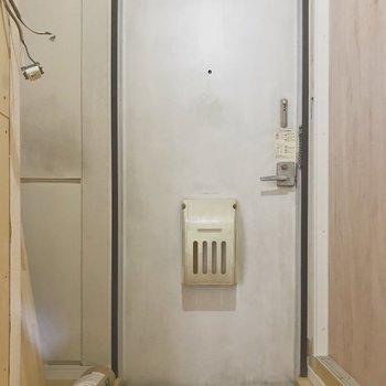 【工事中】玄関には白いタイルを敷いて、扉も塗装します!