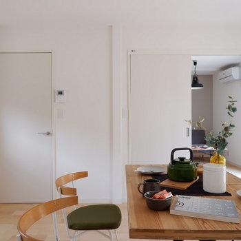右が洋室、左が玄関に続く扉です