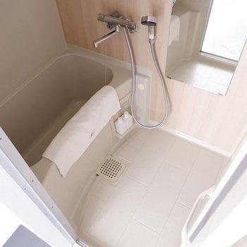 お風呂も木目調のアクセントクロスが効いています