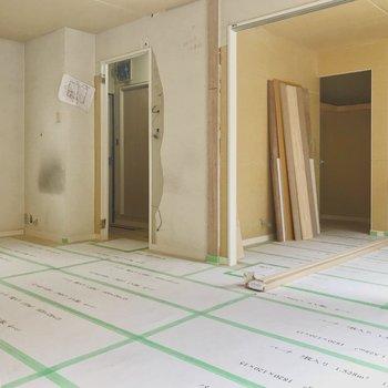 【工事中】右側が寝室、奥の間口は玄関と水回りに続いています。