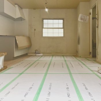 【工事中】ベランダ側から。キッチンが壁沿いなので広く感じますね