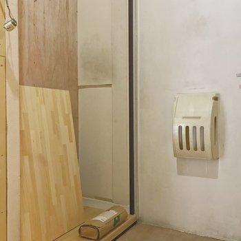【工事中】玄関脇には可動式の棚が設置されます
