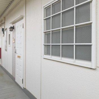 この窓がリビングに位置してます